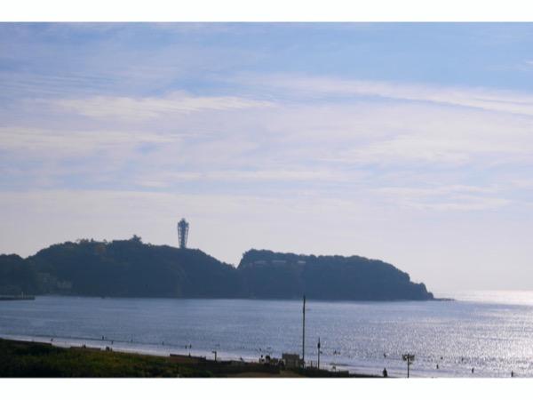 海に向かって左手には江の島
