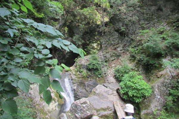 神戸岩に向かうはしご