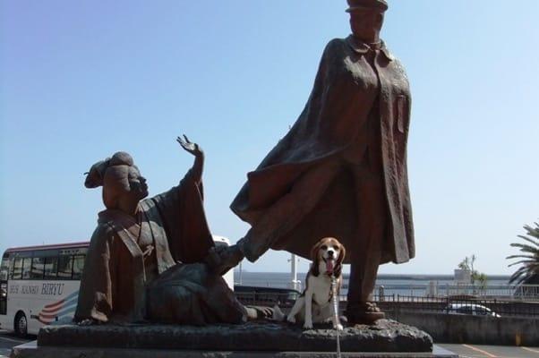 貫一お宮の像の前に座る愛犬