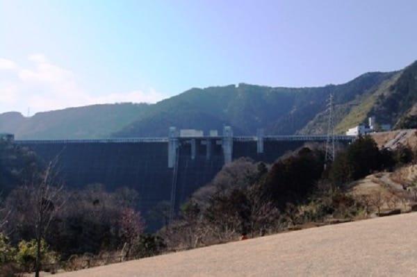 風の丘から宮ケ瀬ダムを臨む