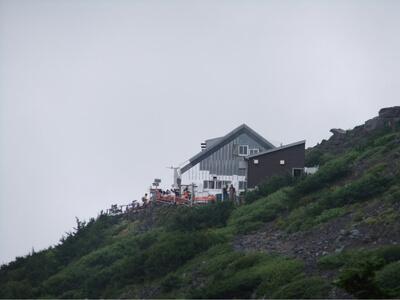 宝永山ルートから六合目山小屋を臨む