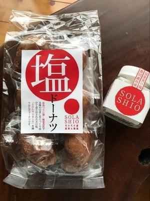 直島の海の駅で買った塩ドーナツと塩