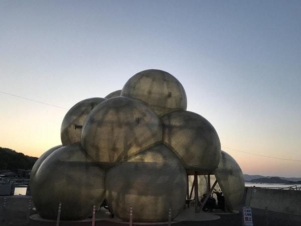 自転車置き場兼休憩所になっている直島のアート作品