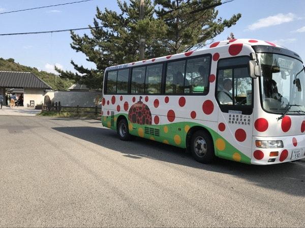 つつじ荘に停車する赤カボチャのバス