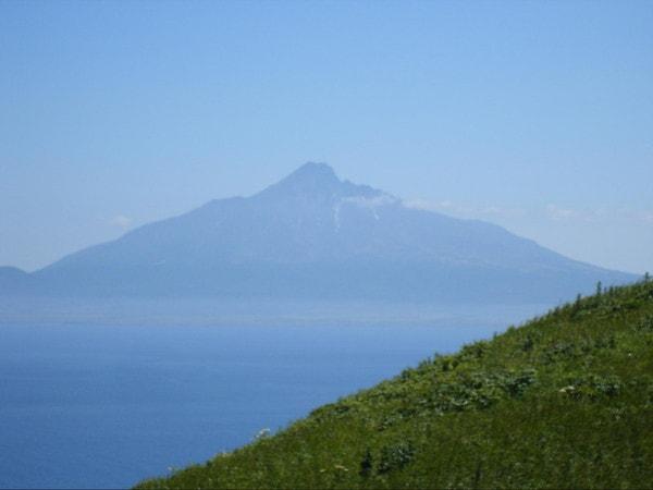 礼文島猫岩へ向かうハイキングコースから臨む利尻富士