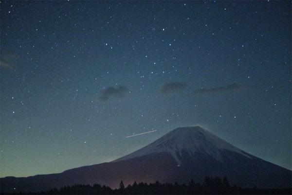 ふもとっぱらキャンプ場から見上げる星空と富士山