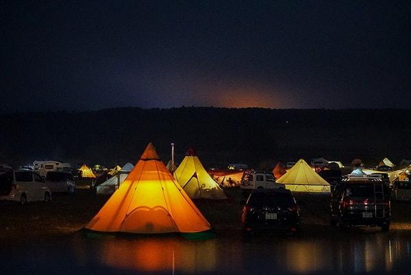 夜のふもとっぱらキャンプ場の様子