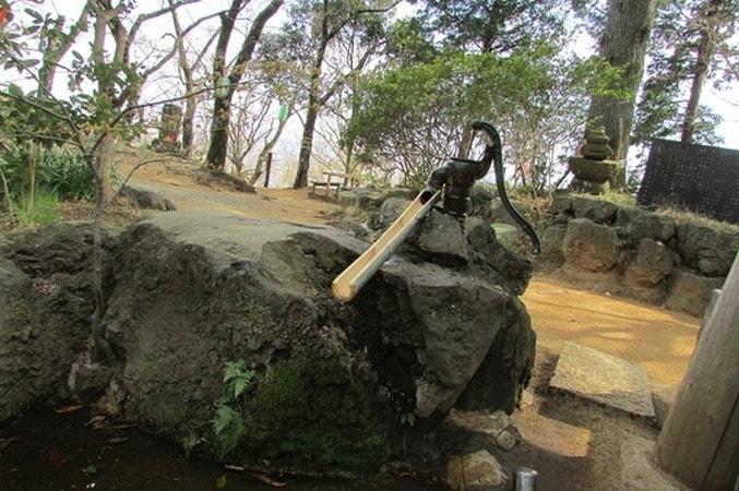 弘法山山頂乳の井戸