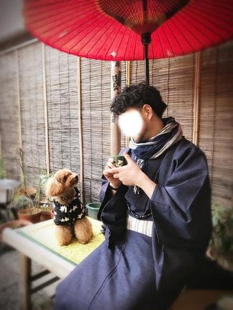 文之助茶屋で一服する飼い主とトイプードル犬