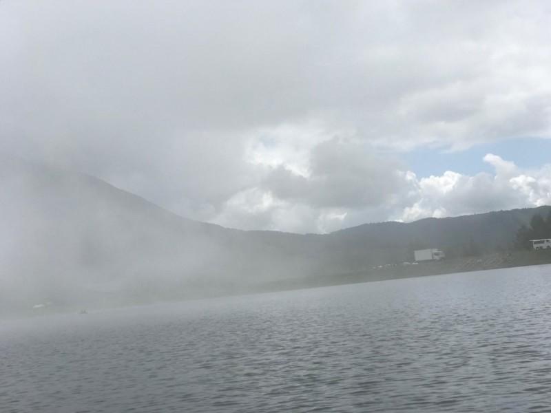 雲行きがあやしい女神湖