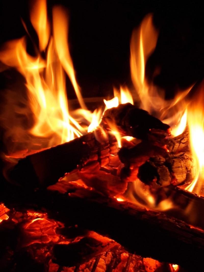 夜はコテージに付いている庭で焚火も楽しめます