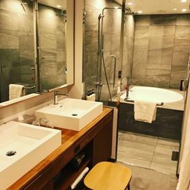 パウダールームからバスルームを撮影