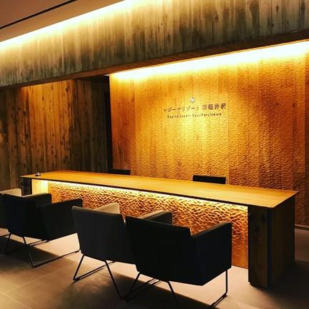 レジーナリゾート旧軽井沢のフロントスペース。チェックインはこちらに座って