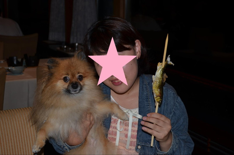 高山わんわんパラダイスの夕食時に愛犬と記念撮影