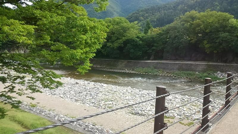 白川郷のであい橋から眺めた庄川