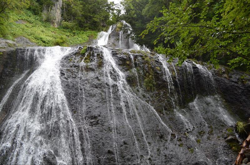 優雅で迫力のある滝