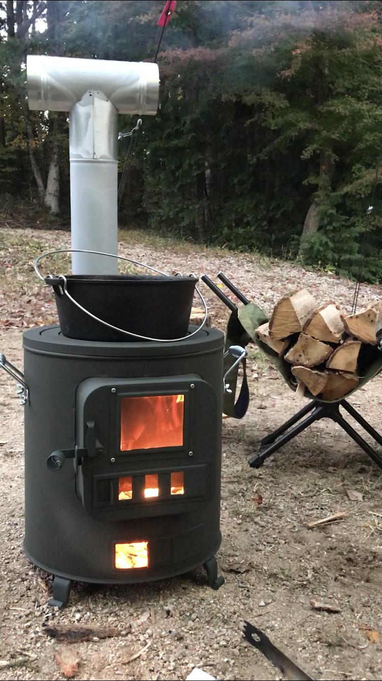 まだ周りは明るいですが、冷え込む前に薪ストーブ点火です