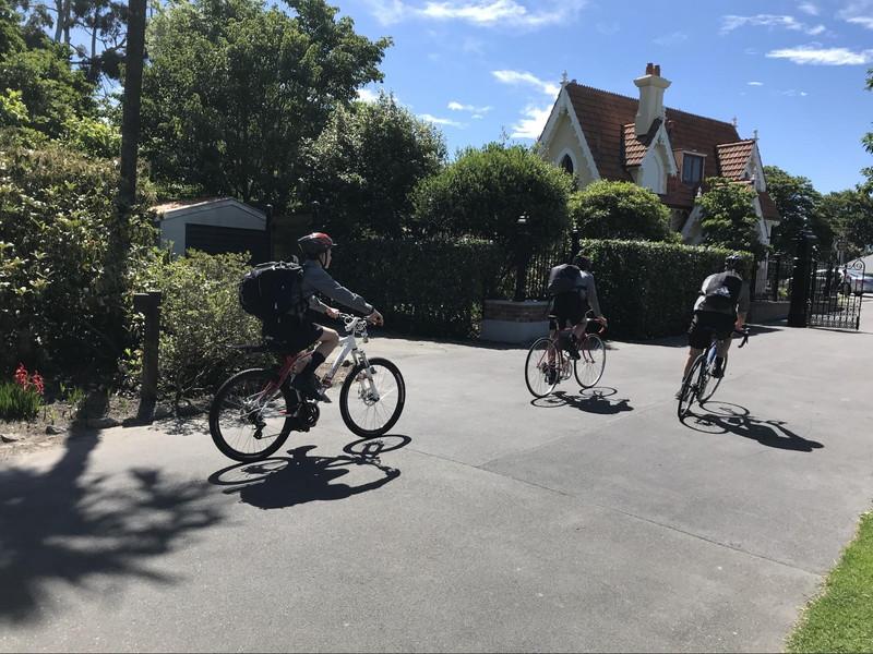 自転車に乗った、3人の男の子