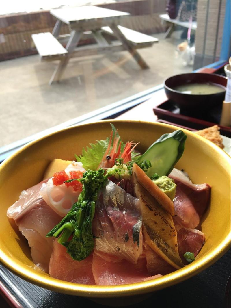 新鮮なお魚がのった海鮮丼